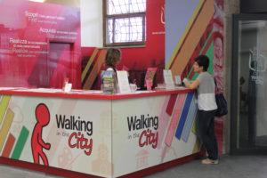 ufficio turistico - walking in the city